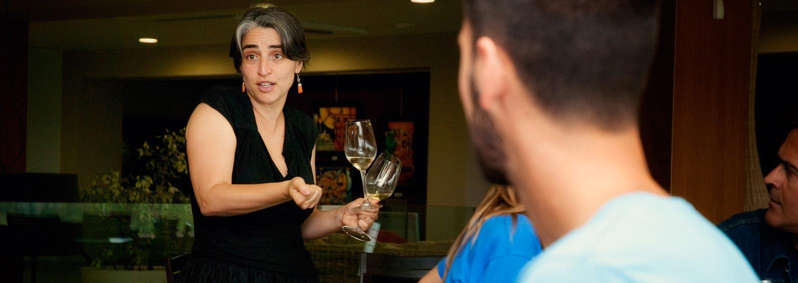 Anna Espelt tastant vins a la sala de tast del Celler Espelt